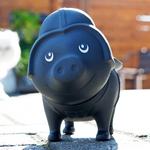 LILALU BIGGYS Sparschwein Black Star auf einem Hof